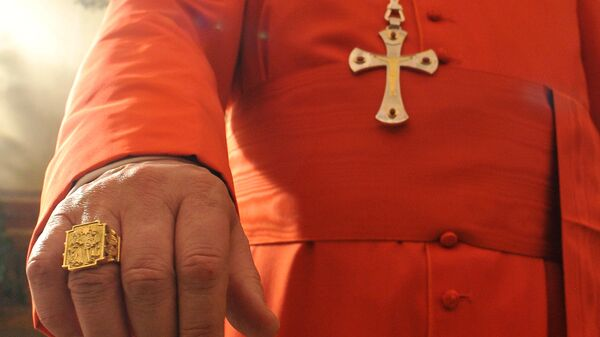 Крест на рясе кардинала