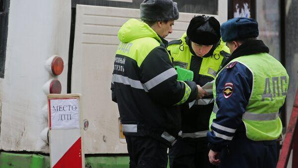Сотрудники правоохранительных органов у пассажирского автобуса, въехавшего в остановку на Сходненской улице в Москве