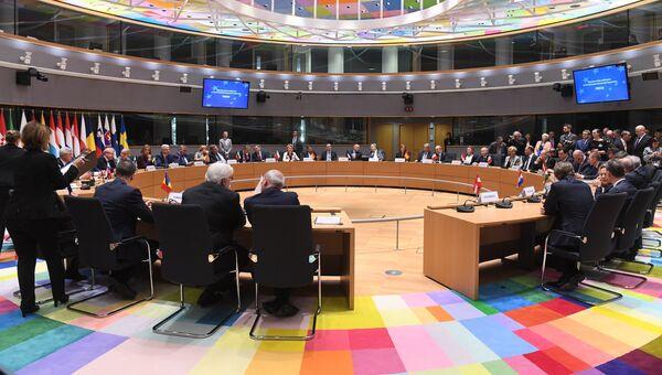 Министры иностранных дел и министры обороны стран Евросоюза на церемонии подписания пакта в сфере обороны. 13 ноября 2017