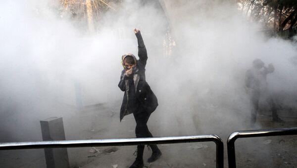 Участинца акции протеста на территории Тегеранского университета, Иран. 30 декабря 2017