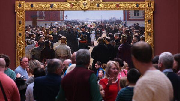 Посетители у картины Ильи Репина Прием волостных старшин Александром III во дворе Петровского дворца в Третьяковской галерее. Архивное фото