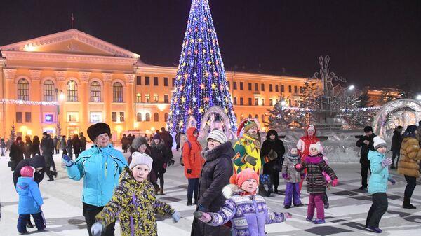 Горожане во время праздничных гуляний в ледовом городке на Новособорной площади Томска