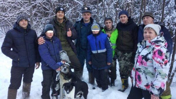 Спасатели и найденные подростки в Свердловской области