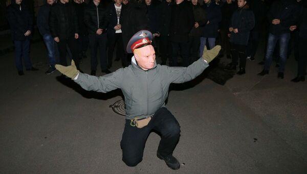 Активист в маске с изображением Владимира Путина во время протеста против священнослужителей Украинской Православной Церкви Московского Патриархата. 8 января 2018