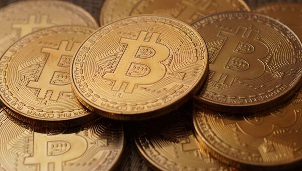 Монеты с логотипами криптовалюты биткоин. Архивное фото