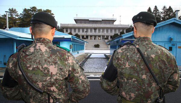 Южнокорейские военные в приграничной деревне Панмунджом во время встречи делегаций Северной и Южной Кореи. 9 января 2018