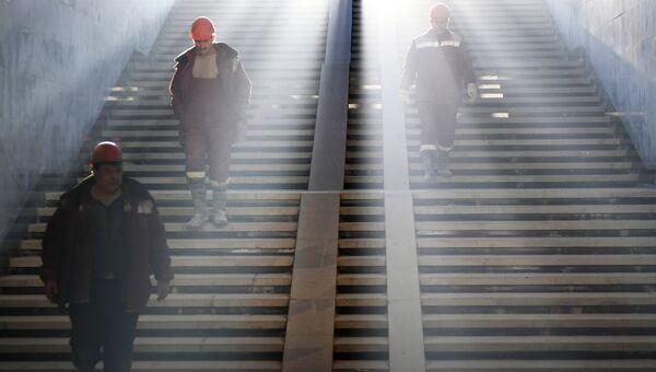 Рабочие на лестнице в московском метро. Архивное фото