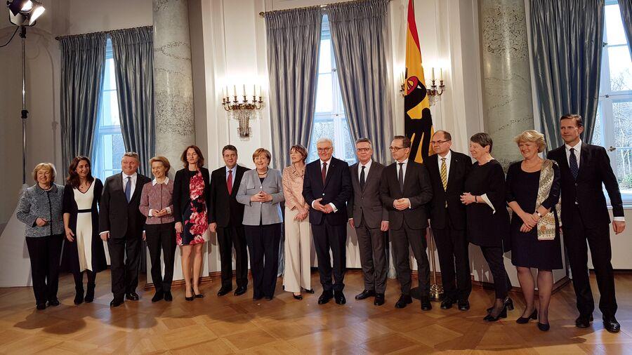 Президент ФРГ Франк-Вальтер Штайнмайер с супругой и действующее правительство ФРГ во дворце Бельвю. 9 января 2018