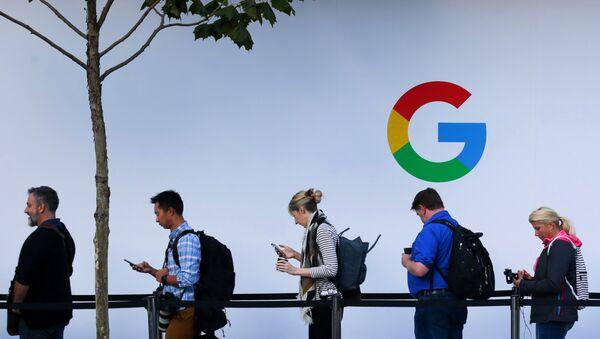 Люди в очереди перед началом презентации продукции компании Google в Сан-Франциско, США
