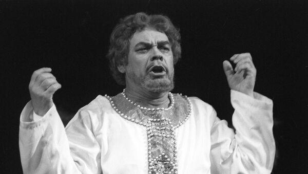 Народный артист СССР Александр Ведерников в партии князя Галицкого в сцене из оперы А.Бородина Князь Игорь. 1 декабря 1981