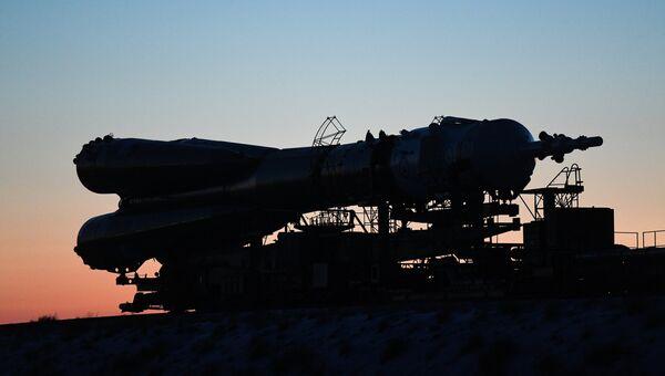 Вывоз ракеты-носителя Союз-ФГ с транспортным пилотируемым кораблем Союз МС-07 на стартовую площадку космодрома Байконур