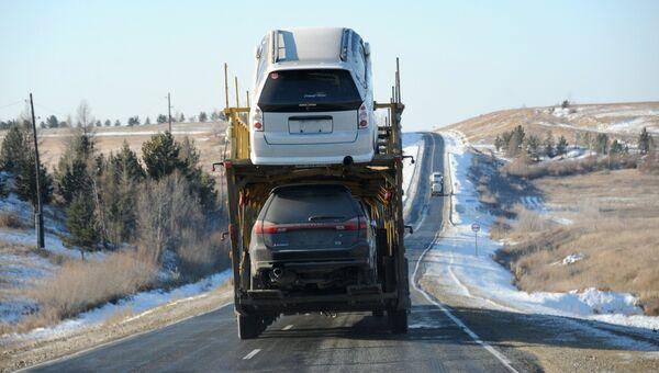 Автовоз на федеральной автомобильной дороге Р258 Байкал. Архивное фото.
