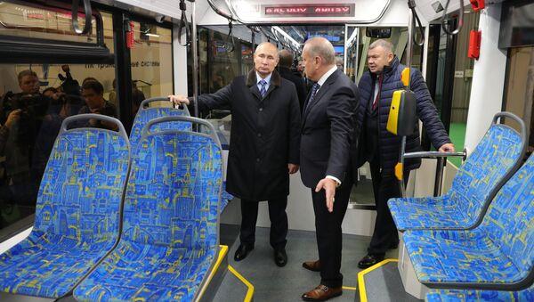 Президент РФ Владимир Путин во время осмотра низкопольного трамвая в цехе Тверского вагоностроительного завода. 10 января 2018
