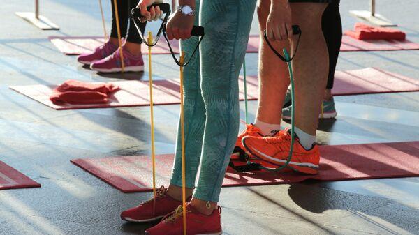 Участники фитнес-тренировки в Московском метрополитене