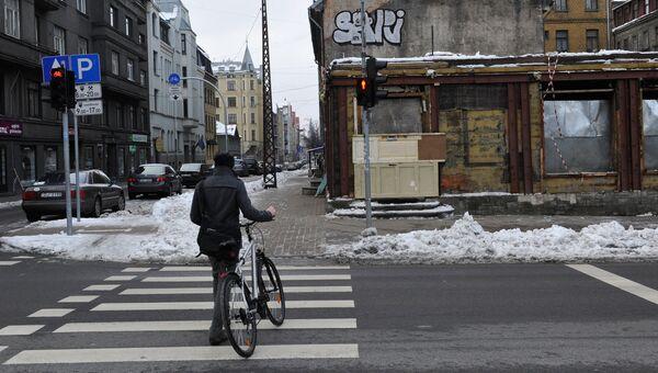 Прохожий на улице Сколас (Школьной) в центре Риги
