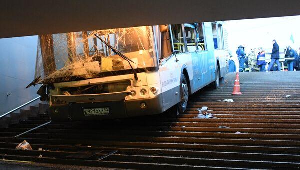 Автобус въехал в подземный переход на станции метро Славянский бульвар в Москве. 25 декабря 2017