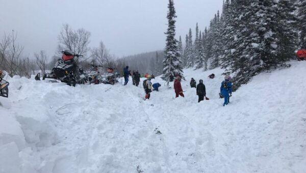 Работа спасателей после схода лавины. Архивное фото