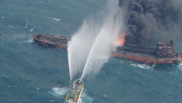 Спасательный корабль пытается погасить пожар на иранском нефтяном танкере Sanchi в Восточно-Китайском море. 10 января 2018