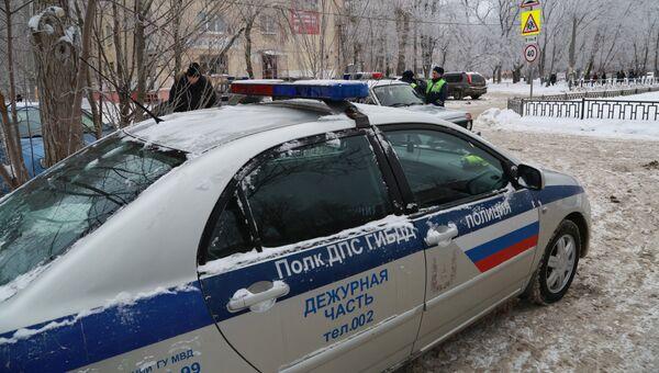 Автомобиль полиции у школы № 127 в Перми. 15 января 2018