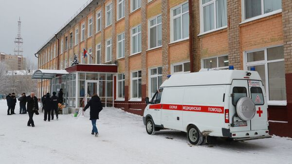 Автомобиль скорой помощи у школы № 127 в Перми. 15 января 2018