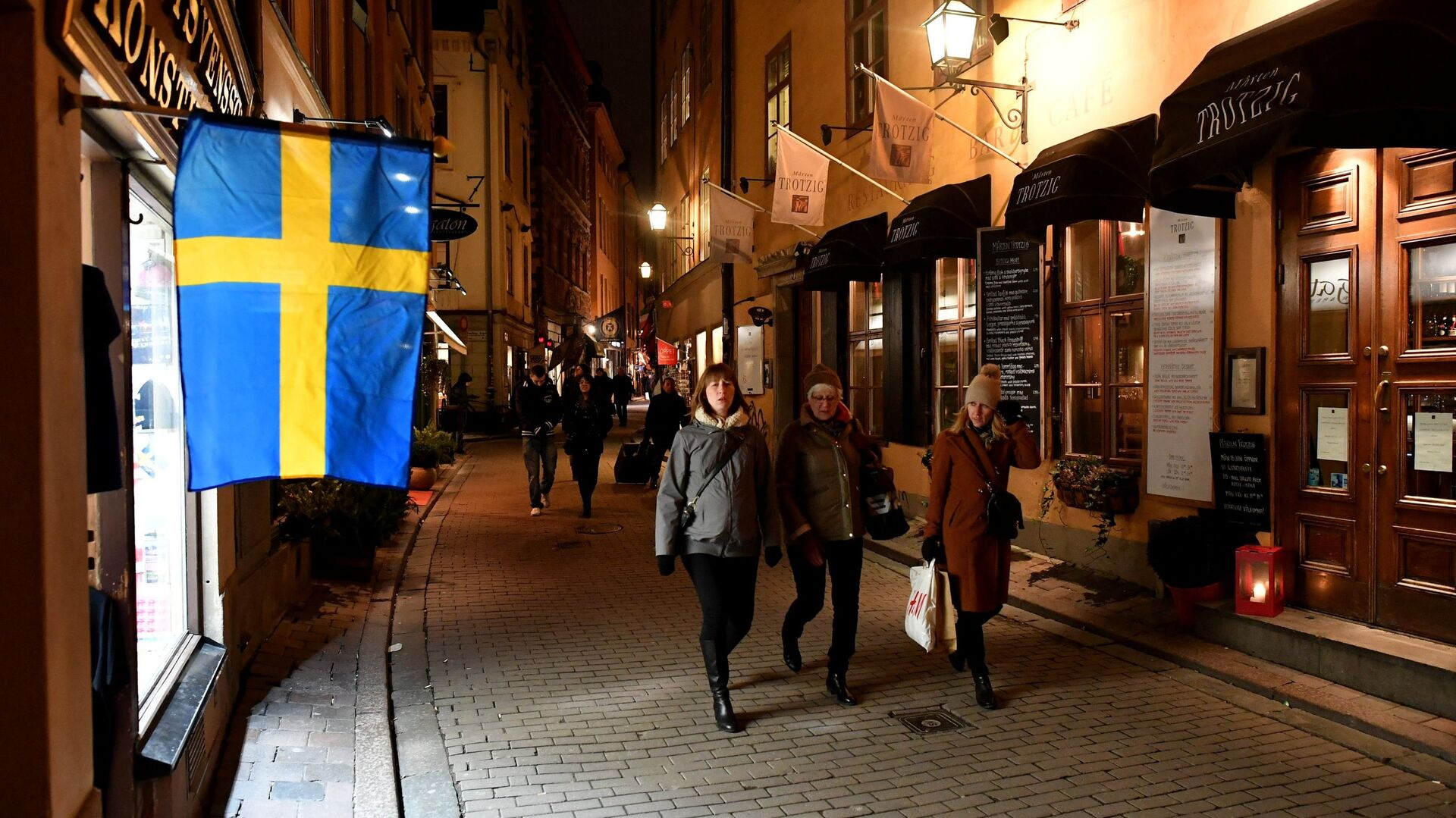 Прохожие на одной из улиц в Старом городе Стокгольма - РИА Новости, 1920, 26.11.2020