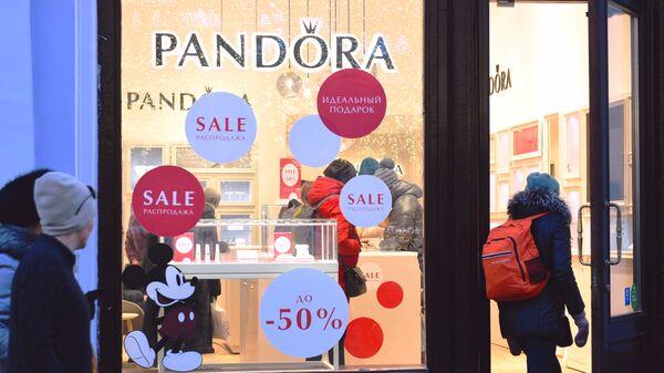 Девушки у витрины магазина Pandora, где начались сезонные распродажи