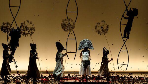 Артисты в сцене из спектакля La Verita в постановке Даниэля Финци Паски в Санкт-Петербурге