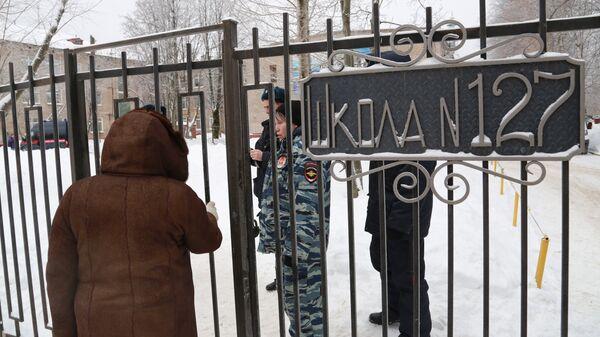 Сотрудники полиции у школы № 127 в Перми. Архивное фото