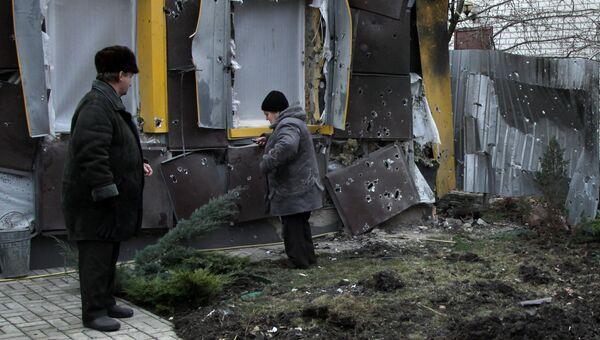 Жители частного жилого дома в Донбассе. Архивное фото