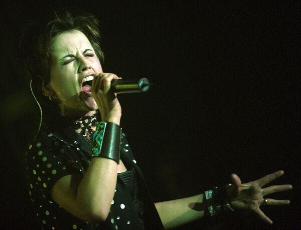 Долорес О'Риордан выступает в Праге