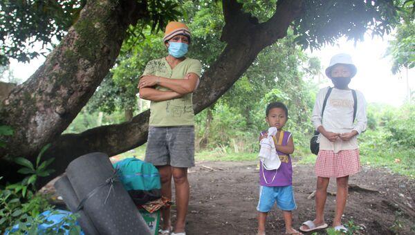 Филиппинцы ждут эвакуации после извержения вулкана Майон. 14 января 2018 года