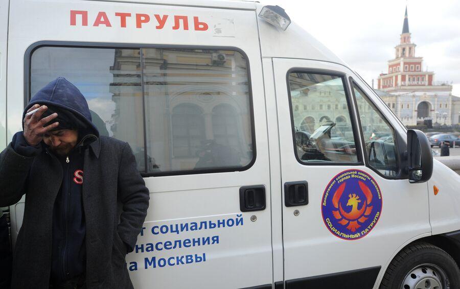 Бездомный мужчина у автомобиля мобильной службы Социальный патруль на Комсомольской площади