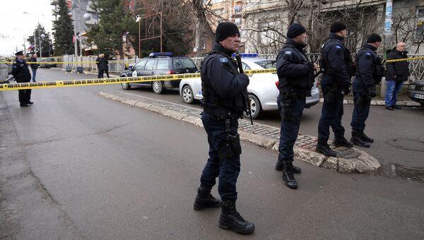 Полицейские на месте убийства политика Оливера Ивановича в Косовска-Митровице. Архивное фото