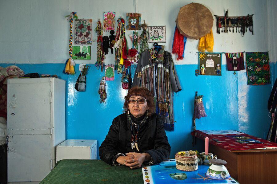 Шаманка Нина Сарыглар в своем кабинете в здании шаманского общества Адыг-Ээрен (Дух медведя) в Кызыле