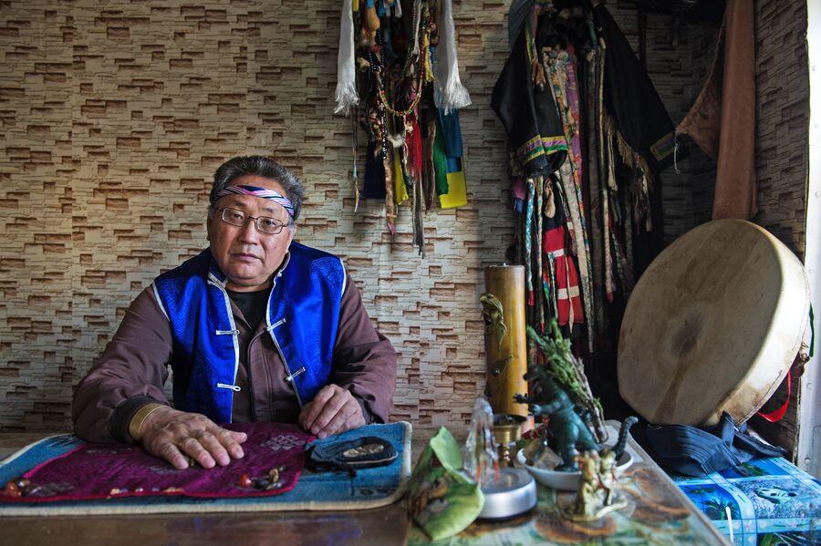 Шаман Вячеслав Арапчор в своем кабинете в здании шаманского общества Дунгур в Кызыле