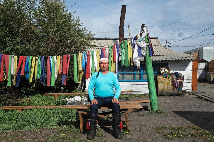 Шаман Дугер Хомушку во дворе шаманского общества Дунгур в Кызыле