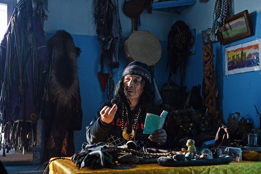 Шаман общества Адыг-Ээрен (Дух медведя) во время приема посетителя в одной из комнат дома, который занимает шаманское общество в Кызыле