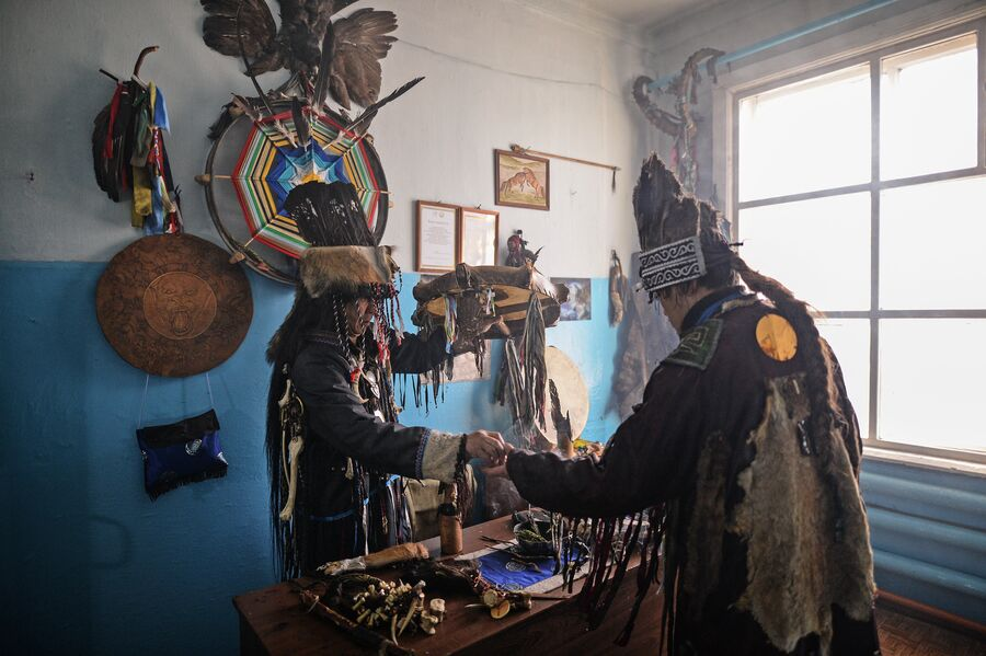 Шаманы общества Адыг-Ээрен (Дух медведя) в одной из комнат дома, который занимает шаманское общество в Кызыле
