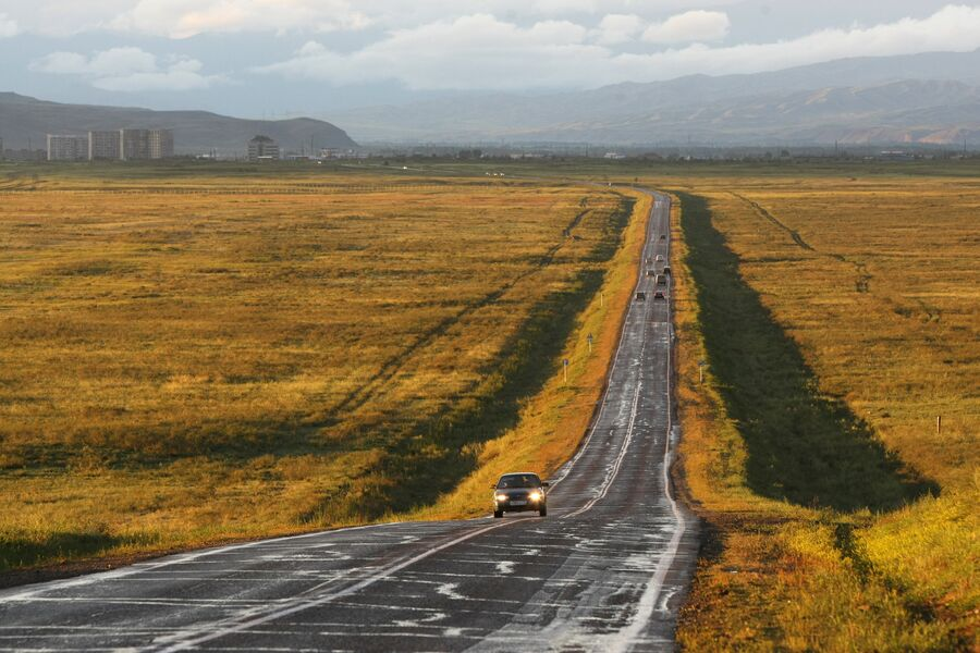 Автомобили на федеральной автомобильной дороге М-54 возле города Кызыл