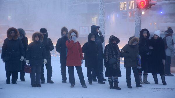 Местные жители на одной из улиц Якутска