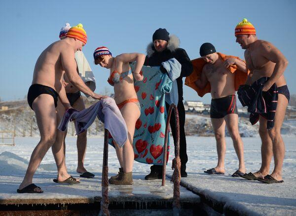 Участники традиционного праздничного купания в Крещенский сочельник в городском пруду города Невьянска Свердловской области