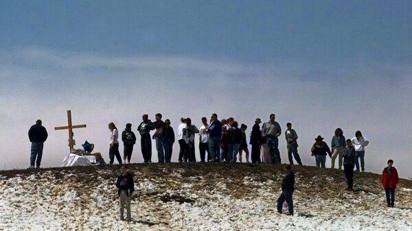 Скорбящие по погибшим в результате стрельбы в школе Колумбайн на вершине холма рядом со школой. 24 апреля 1999