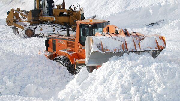 Сотрудники коммунальных служб проводят расчистку дорожного полотна Транскавказской автомагистрали от снежных завалов