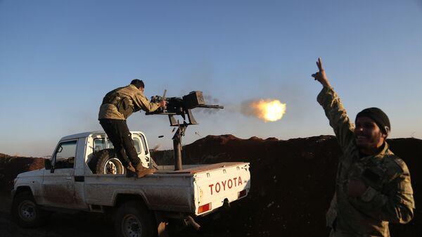 Турецкие военные из Свободной сирийской армии стреляют в позиции курдов в районе Африн. 20 января 2018