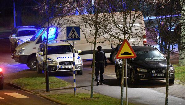 Вооруженный офицер полиции на месте взрыва рядом с полицейским участком в микрорайоне Розенгорд в городе Мальме, Швеция. 17 января 2018