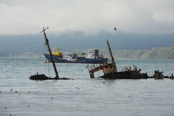 Затонувший корабль в акватории порта Южно-Курильска на острове Кунашир