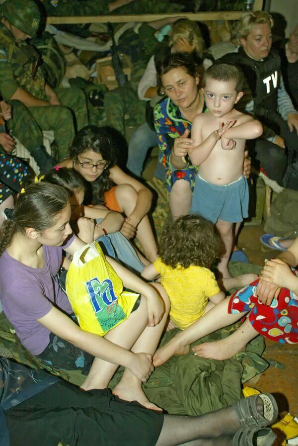 Жители Цхинвали в подвале во время артобстрела