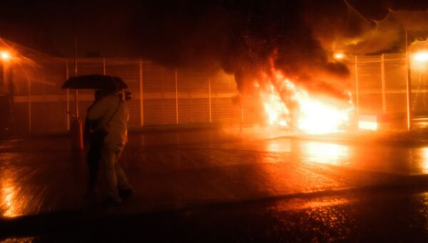 Горящие покрышки во время акции протеста работников тюрем во Франции