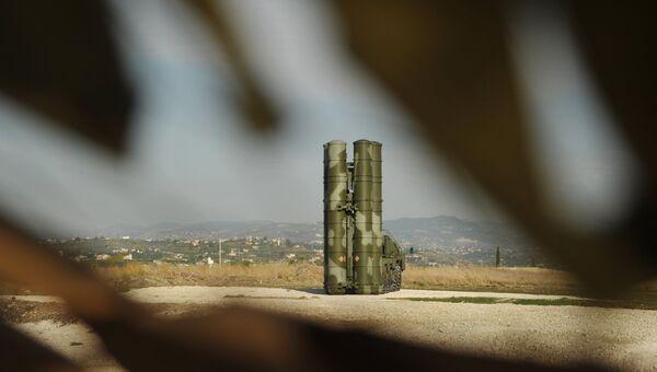 Зенитно-ракетный комплекс С-400 во время заступления на боевое дежурство. Архивное фото