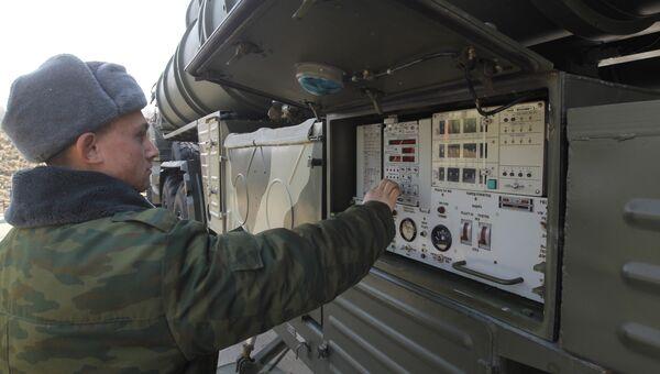 Военнослужащие у пульта управления транспортно-пусковой установки ЗРК С-400 Триумф в Гвардейском Краснознаменном зенитно-ракетном полку воздушно-космической обороны, который дислоцируется в городе Электросталь